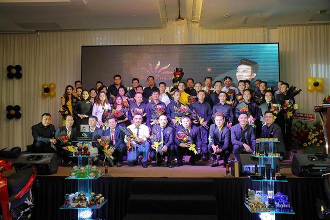 Giám đốc Doanh Nhân Thiên Phú Tài tặng hoa và chụp hình cùng NPP