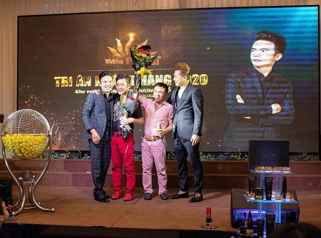 Giám đốc Doanh Nhân Thiên Phú Tài ngoài cùng bên trái tặng hoa cảm ơn danh hài Tấn Beo