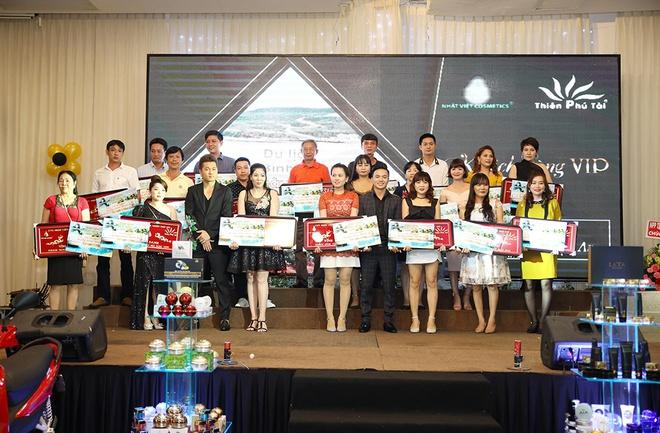 Giám đốc Thiên Phú Tài Trao bảng khánh và giải thưởng cho khách hàng VIP tại lễ Tri ân